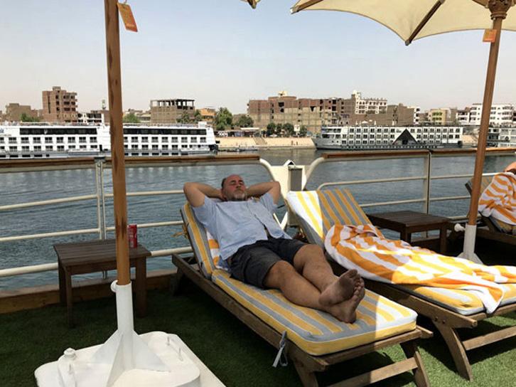 crucero-egipto-terraza-tumbonas