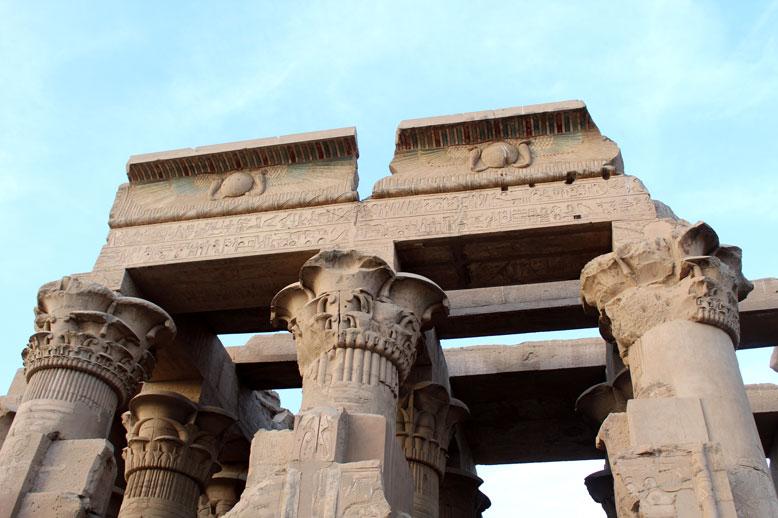 kom-ombo-columnas