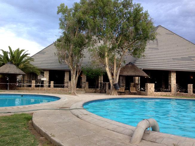 Okaukuejo-lodge-piscina