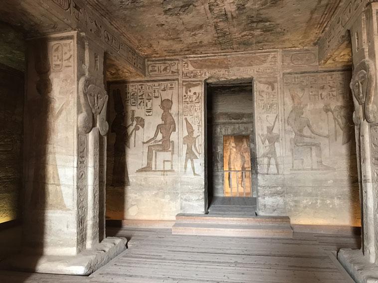 templo-abu-simbel-interior-luz