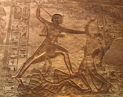 viajar-egipto-abu-simbel-bajo-relieves
