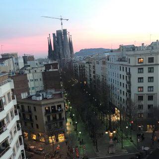 Atardecer en Barcelona con vistas a la Sagrada Familia. Alguien sabe cuando terminaran las obras? . . #viatgersdc #barcelona #barcelonacity #barcelonagram #barcelonaexperience #bcn #bcnlovers #bcnmoltmes #bcnjourney #sagradafamiliabarcelona #sagradafamília #sagradafamiliagaudi #gaudi #gaudì #gorongeti #catalunyaexperience #catalunya #cataluñaexperience