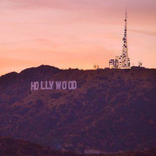 """Aún no podemos viajar a Los Angeles (California)... pero si tienes en mente hacerlo en cuanto se abran las fronteras, puedes organizar tu viaje consultando nuestra guía """"17 cosas que ver en Los Ángeles"""" (Linktree in bio)  Aquí te dejamos nuestro Top 10 de cosas interesantes que hacer en Los Ángeles:  1. Subir caminando al letrero de Hollywood  2. Hacer unas clases de surf en alguna playa de Malibú  3. Recorrer en bicicleta el """"Ocean Front Walk"""" entre Santa Monica y Venice Beach  4. Ver un partido de los Lakers o los Clippers en el Staples Center  5. Ir a ver un musical al bellísimo Pantages Theatre  6. Ir a ver Stahl House, un icono arquitectónico de la ciudad  7. Hacerme una foto con el busto de James Dean en el Observatorio Griffith  8. Ver cuadros de Basquiat en The Broad Museum y el MOCA  9. Visitar Warner Bros Studios  10. Probar algunos platillos exóticos en Gran Central Market  #viajar #viajaresvivir #amoviajar #viajarporelmundo #viajaresvida #viajarsolo #viajarporelmundo #viajarmola #viajarenpareja #quetalviajar #viajarconpeques #viajesconestilo #viajesconencanto #viajes #viajesinolvidables #viajesenfamilia #viajesyturismo #viajesconniños #viajesamedida #viajarausa #travellax #laxtravel"""